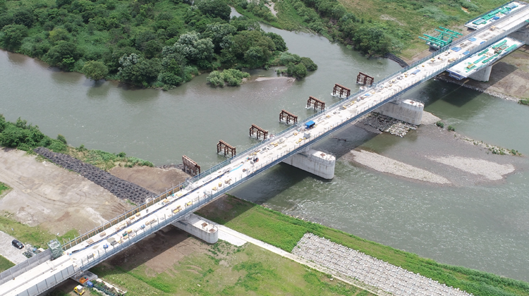 河川環境への配慮とコスト縮減の<br/>観点から生まれた 北陸新幹線「九頭竜川橋りょう」