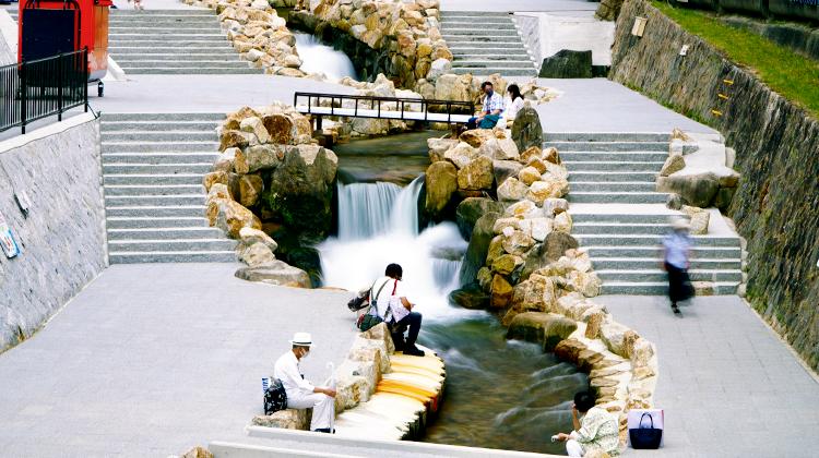 秀吉が愛した温泉街に、人々が集う水辺空間を創出