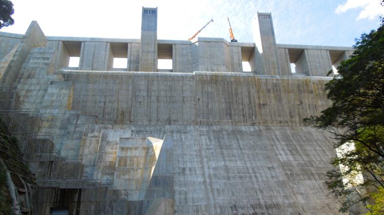 世界初!ダム減勢工方式に「側水路減勢方式」を採用した横瀬川ダム